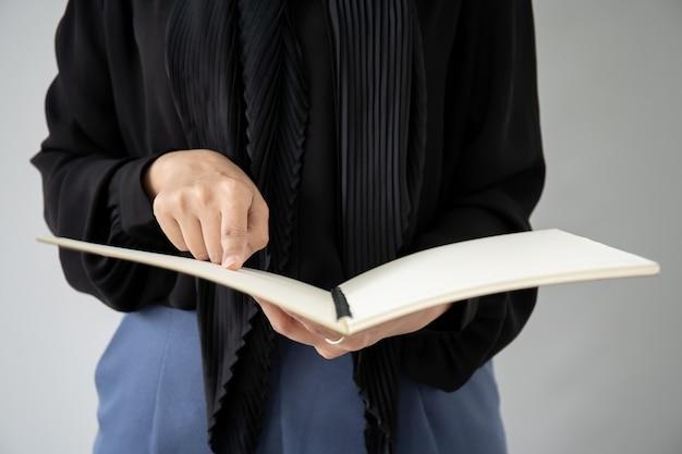Portret Muzułmański Uczeń Trzyma Książkę Premium Zdjęcia