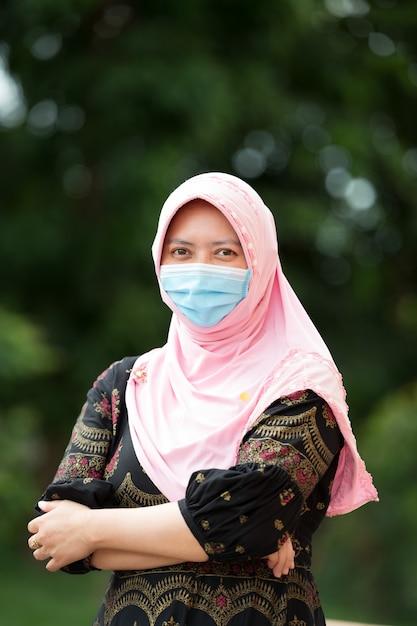 Portret Muzułmańskiej Kobiety Noszącej Maskę Premium Zdjęcia
