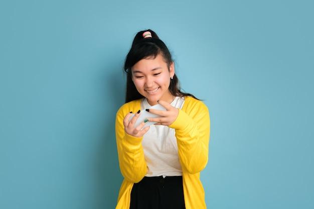 Portret Nastolatka Azjatyckiego Na Białym Tle Na Niebieskiej Przestrzeni Darmowe Zdjęcia
