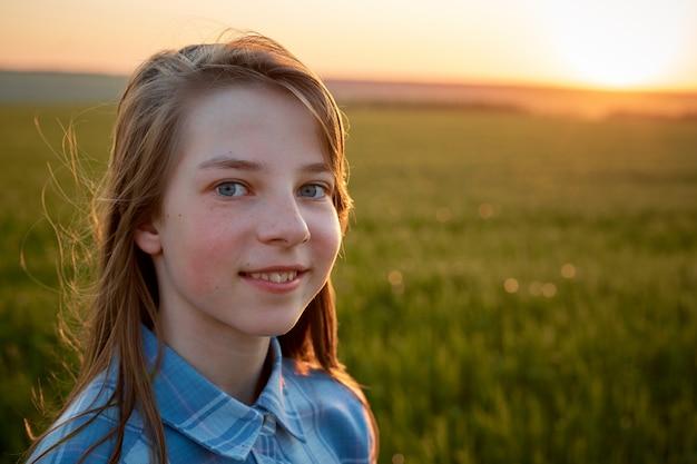Portret Nastolatka W Polu O Zachodzie Słońca Premium Zdjęcia