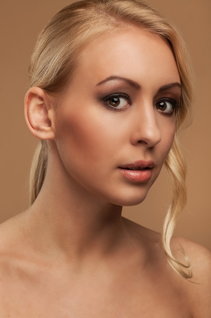 Portret naturalnej młodej kobiety Darmowe Zdjęcia
