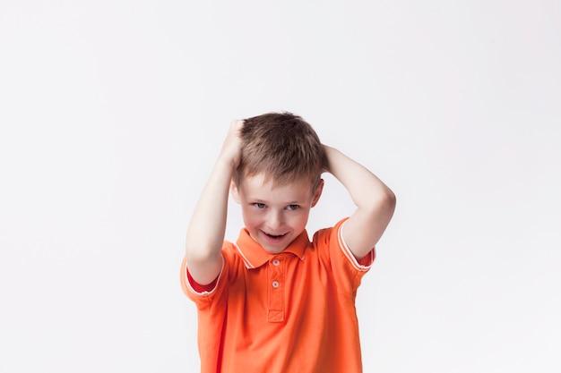 Portret niewinna śliczna chłopiec stoi nad biel ścianą Darmowe Zdjęcia