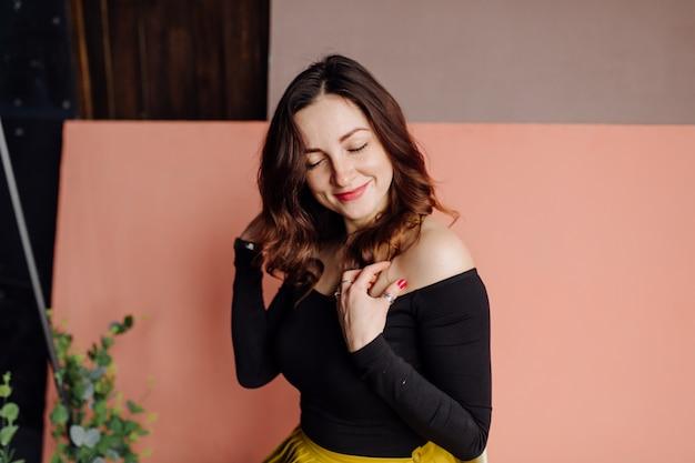 Portret oszałamiająca modna kobieta siedzi w krześle Darmowe Zdjęcia