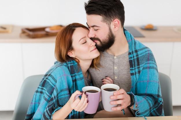 Portret Pary Przytulanie I Trzymający Kawę Darmowe Zdjęcia