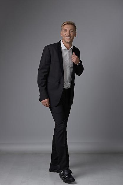 Portret Pełnej Długości Mężczyzna W Wizytowym Darmowe Zdjęcia