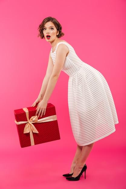 Portret Pełnej Długości Zszokowana Dziewczyna Ubrana W Sukienkę Darmowe Zdjęcia