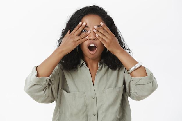 Portret Pełnej Entuzjazmu I Wzruszonej, Czarującej, Ciemnoskórej Młodej Kobiety Z Kręconymi Włosami Darmowe Zdjęcia