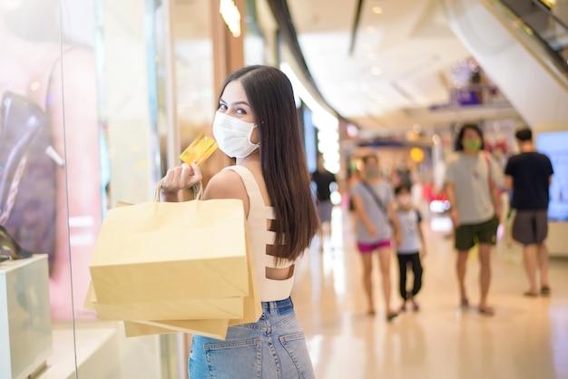 Portret Piękna Kobieta Jest Ubranym Twarzy Maskę W Centrum Handlowym Premium Zdjęcia