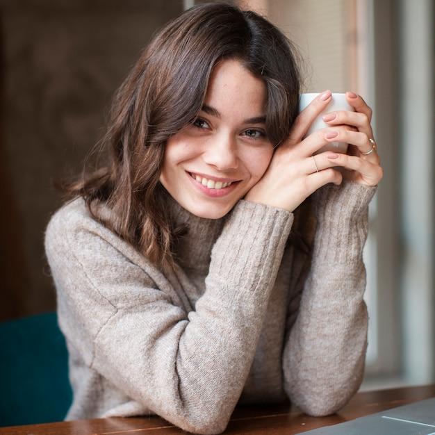 Portret piękna kobieta pije kawę Darmowe Zdjęcia
