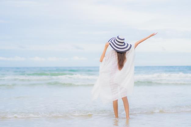 Portret Piękna Młoda Azjatycka Kobieta Relaksuje Uśmiech Wokół Plaży Morskiej Oceanu W Wakacyjnej Podróży Wakacyjnej Darmowe Zdjęcia