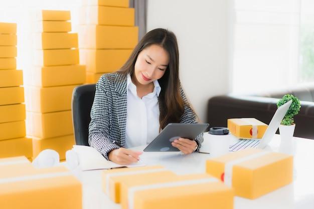 Portret Piękna Młoda Azjatykcia Biznesowa Kobieta Pracuje Od Domu Z Laptopu Telefonem Komórkowym Z Kartonem Przygotowywającym Dla Wysyłać Darmowe Zdjęcia