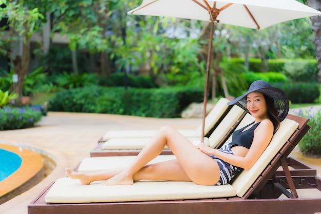 Portret Piękna Młoda Azjatykcia Kobieta Blisko Pływackiego Basenu Darmowe Zdjęcia