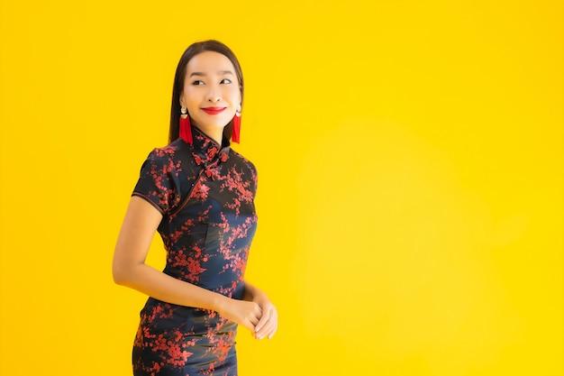 Portret Piękna Młoda Azjatykcia Kobieta Jest Ubranym Chińczyk Suknię I Ono Uśmiecha Się Darmowe Zdjęcia