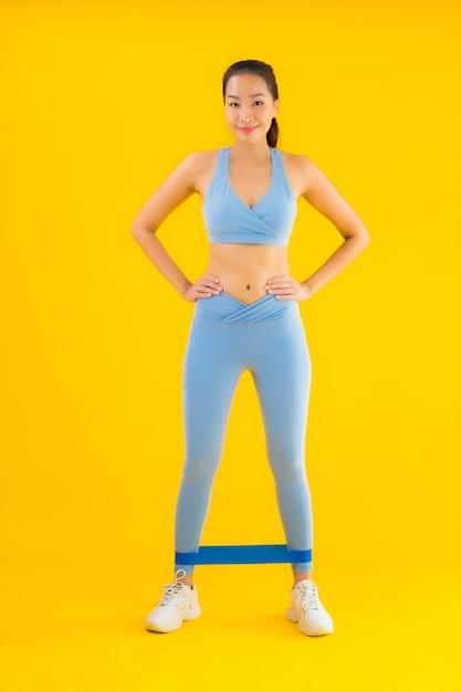 Portret Piękna Młoda Azjatykcia Kobieta Jest Ubranym Sportwear Z Sport Gumą Darmowe Zdjęcia