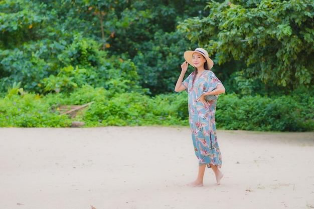 Portret Piękna Młoda Azjatykcia Kobieta Relaksuje Uśmiech Wokół Plaży I Oceanu W Wakacje Wakacje Darmowe Zdjęcia