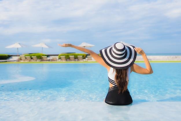 Portret Piękna Młoda Azjatykcia Kobieta Wokoło Pływackiego Basenu Darmowe Zdjęcia