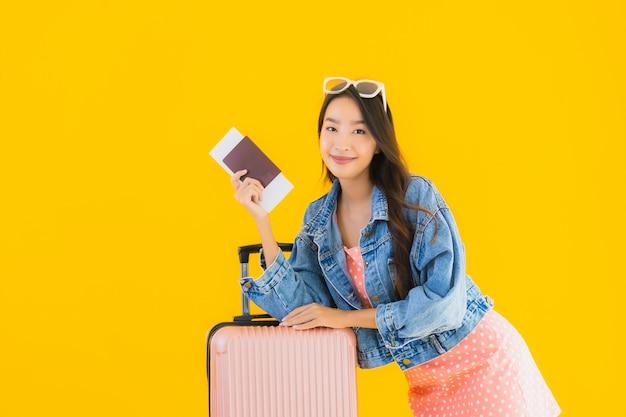 Portret Piękna Młoda Azjatykcia Kobieta Z Bagaż Podróży Torbą Z Paszportem I Abordaż Przepustki Biletem Darmowe Zdjęcia