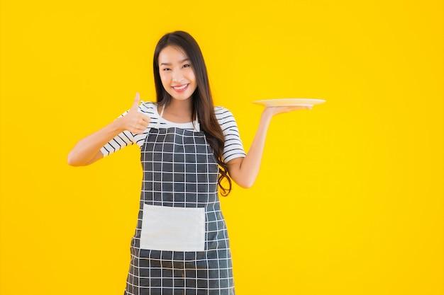 Portret Piękna Młoda Azjatykcia Kobieta Z Białym Talerzem Lub Naczyniem Darmowe Zdjęcia