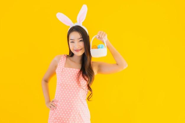 Portret Piękna Młoda Azjatykcia Kobieta Z Królików Ucho Z Easter Jajkami Darmowe Zdjęcia