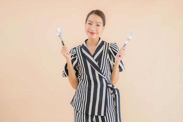 Portret Piękna Młoda Azjatykcia Kobieta Z łyżką I Rozwidleniem Darmowe Zdjęcia