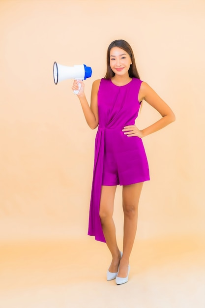 Portret Piękna Młoda Azjatykcia Kobieta Z Megafonem Na Kolor Na Białym Tle Darmowe Zdjęcia