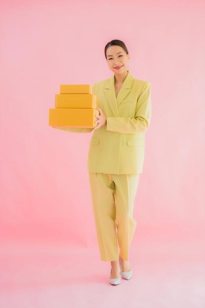 Portret Piękna Młoda Azjatykcia Kobieta Z Paczką Na Kolor Darmowe Zdjęcia