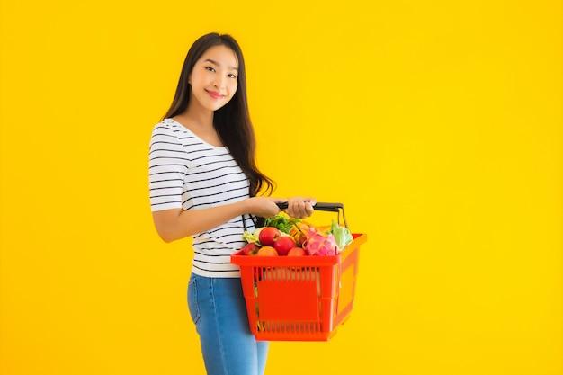 Portret Piękna Młoda Azjatykcia Kobieta Z Sklep Spożywczy Koszykową Furą Od Supermarketa W Zakupy Centrum Handlowym Darmowe Zdjęcia