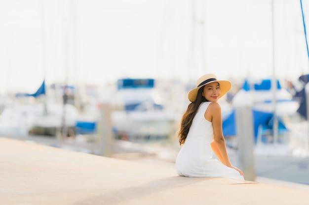 Portret Piękna Młoda Kobieta Azji Wypoczynek Uśmiech Szczęśliwy Relaks Wokół Portu Jachtowego Darmowe Zdjęcia