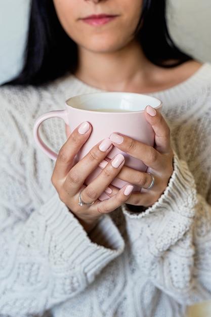 Portret Piękna Młoda Kobieta Trzyma Filiżankę Gorąca Kawa Premium Zdjęcia