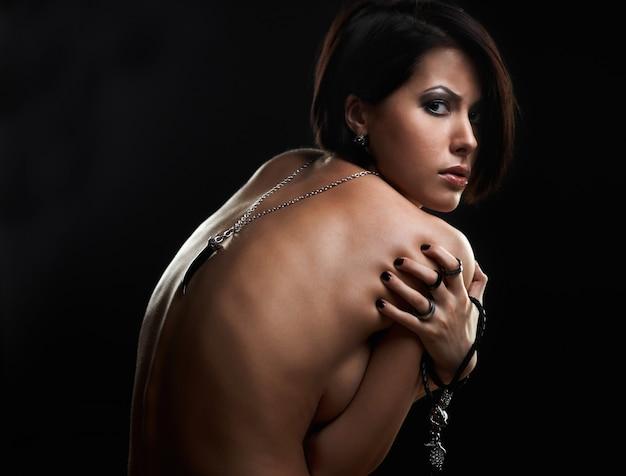 Portret piękna młoda kobieta z biżuterią na rękach Premium Zdjęcia
