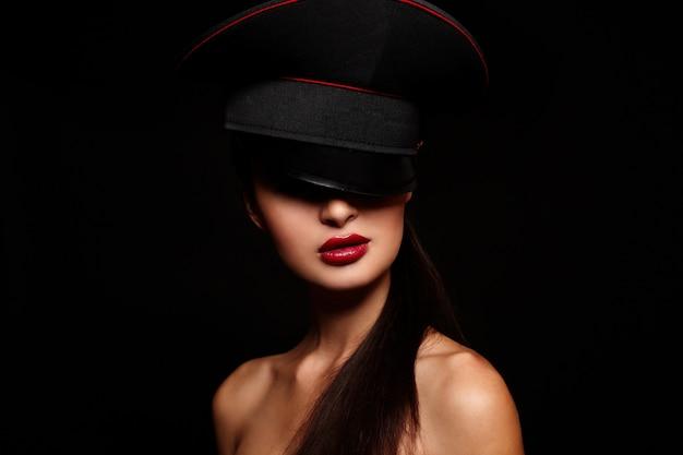 Portret Piękna Młoda Kobieta Z Czerwonymi Wargami Darmowe Zdjęcia