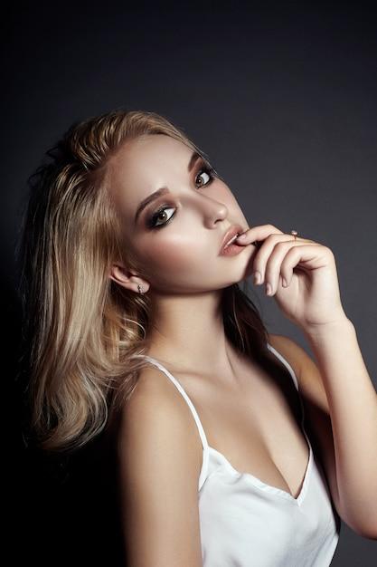 Portret piękna młoda kobieta z latającym włosy Premium Zdjęcia