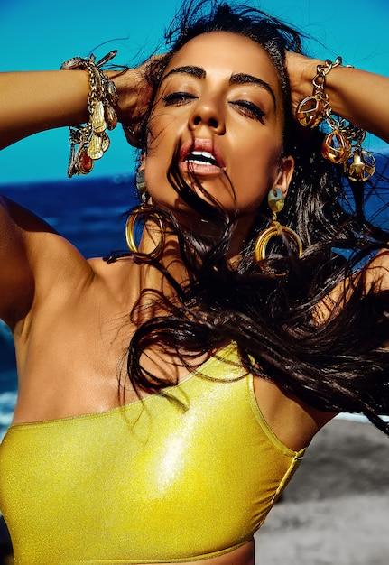 Portret Piękna Stylowa Młoda Kobieta Przy Plażą Darmowe Zdjęcia