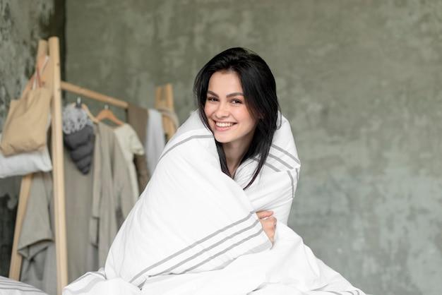 Portret Piękna Uśmiechnięta Kobieta Darmowe Zdjęcia