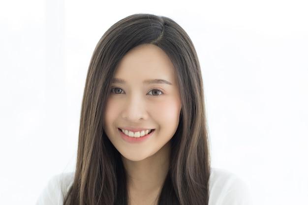 Portret Piękne I Słodkie Długie Włosy Azjatyckie Kobiety Stojącej Z Dzikim I Ciepłym Uśmiechem Na Twarzy. Premium Zdjęcia
