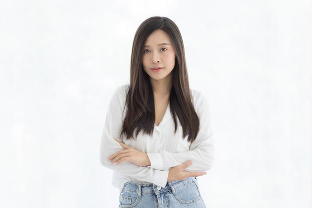 Portret Piękne I Słodkie Długie Włosy Azjatyckie Kobiety Stojącej Z Małym Uśmiechem Na Twarzy. Premium Zdjęcia