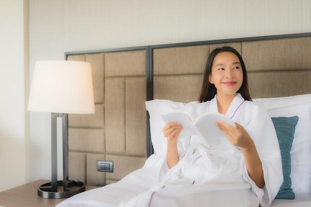Portret Piękne Młode Azjatykcie Kobiety Z Książką Na łóżku Darmowe Zdjęcia