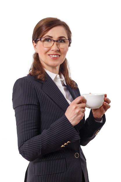 Portret Pięknego Bizneswomanu 50 Uszu Starych Z Filiżanką Kawy W Biurze. Premium Zdjęcia