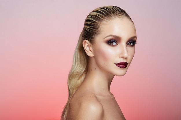 Portret Pięknej Blondynki Z Kreatywnym Makijażem Premium Zdjęcia