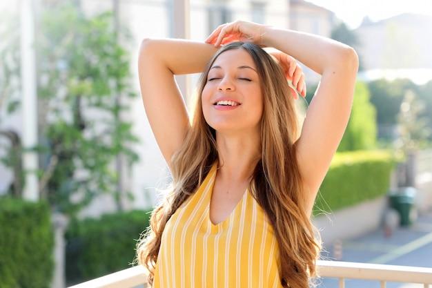 Portret Pięknej Brazylijskiej Kobiety, Oddychanie świeżym Powietrzem Na Balkonie Rano. Beztroski, Koncepcja Wolności. Premium Zdjęcia
