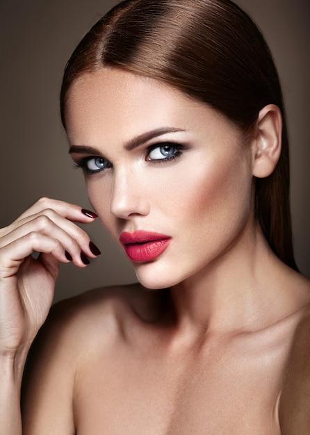 Portret Pięknej Dziewczyny Model Z Wieczorowy Makijaż I Romantyczną Fryzurę. Czerwone Usta Darmowe Zdjęcia