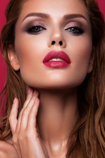 Portret Pięknej Dziewczyny Z Różowe Usta Premium Zdjęcia