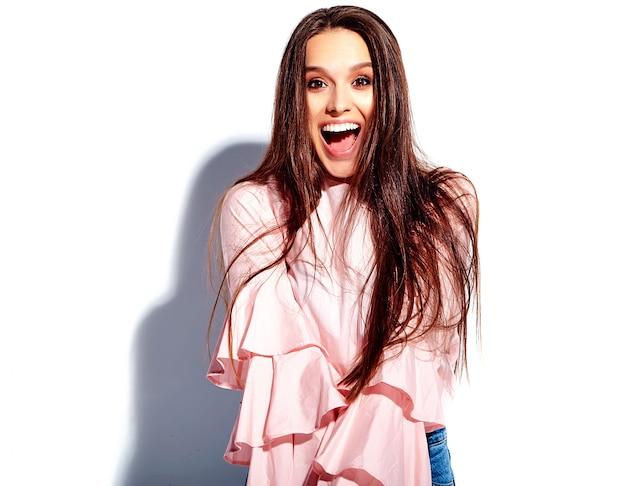 Portret Pięknej Kaukaski Uśmiechnięta Brunetka Modelka W Jasnej Różowej Bluzce I Letnich Stylowych Niebieskie Dżinsy Z Kwiatami Darmowe Zdjęcia