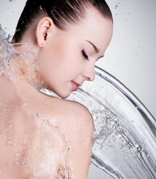 Portret Pięknej Kobiecej Twarzy Z Czystą Wodą Darmowe Zdjęcia