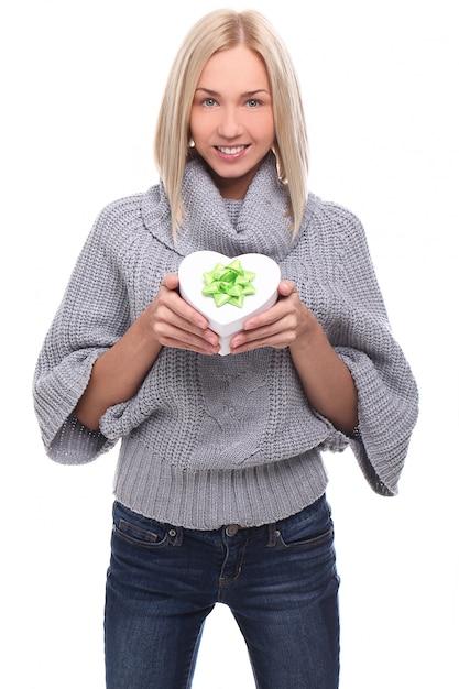 Portret Pięknej Kobiety Blondynka Z Pudełko W Kształcie Serca Darmowe Zdjęcia