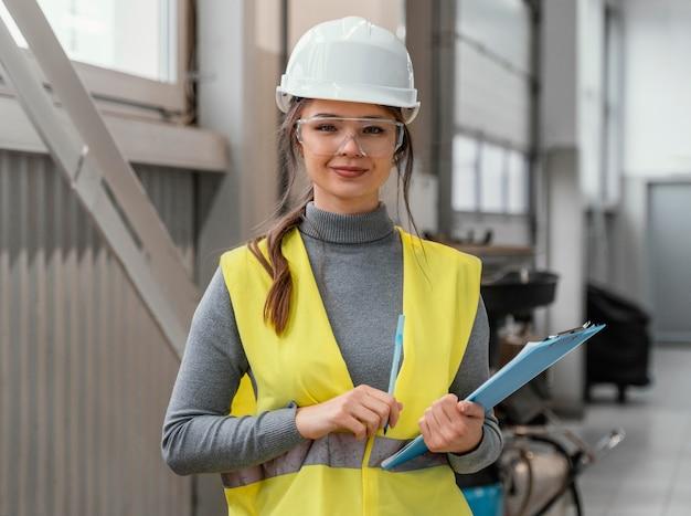 Portret Pięknej Kobiety Inżyniera Darmowe Zdjęcia