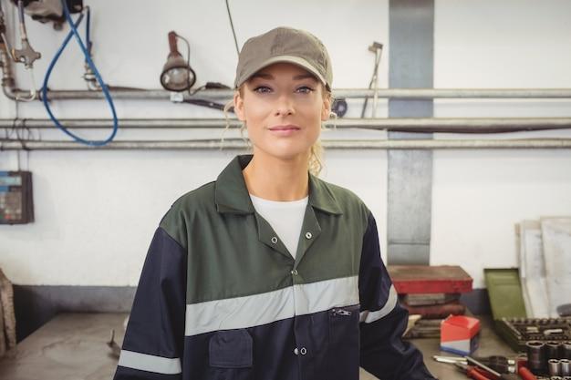 Portret Pięknej Kobiety Mechanik W Garażu Darmowe Zdjęcia