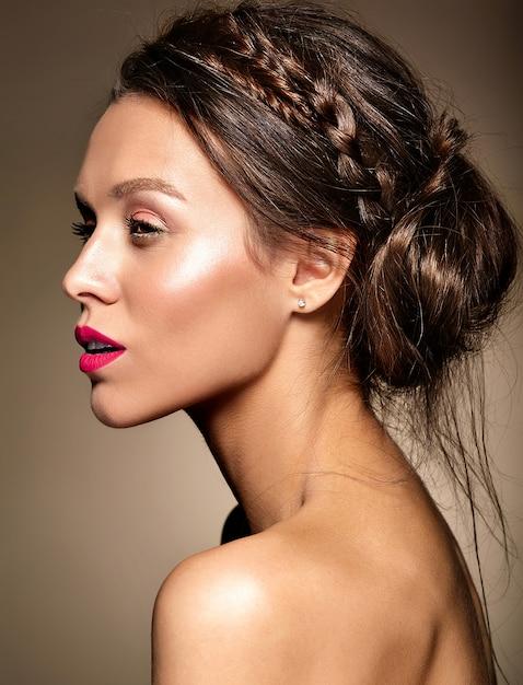 Portret Pięknej Kobiety Model Z świeży Makijaż Dzienny I Czerwone Usta Darmowe Zdjęcia