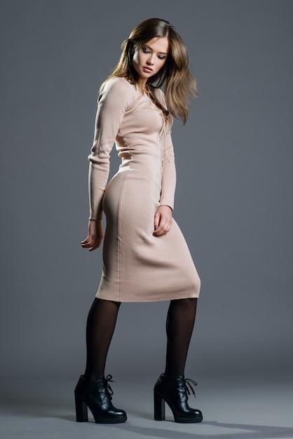 Portret pięknej kobiety na szarym tle Premium Zdjęcia
