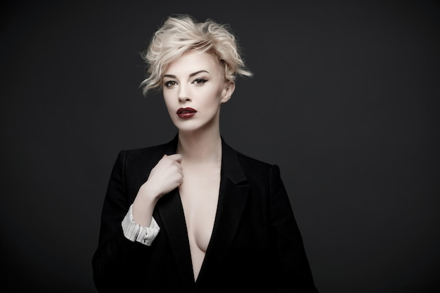 Portret Pięknej Kobiety O Czystej Skórze Premium Zdjęcia